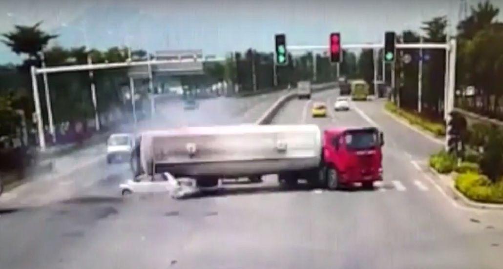 VIDEO: El escalofriante momento en que un camión cargado de cemento aplasta un auto