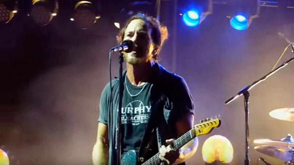 VIDEO: el vocalista de Pearl Jam paró un recital por la agresión a una mujer