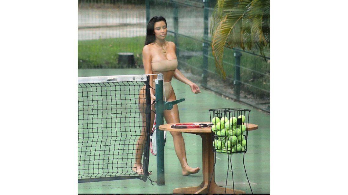 FOTOS: Kim Kardashian provoca jugando al tenis en bikini