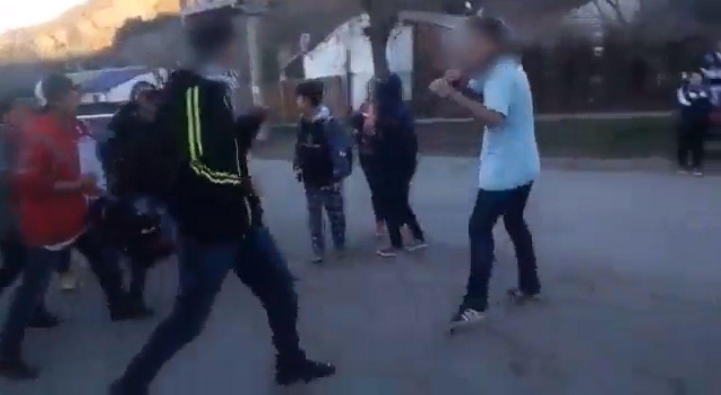 VIDEO: Se peleó con otro estudiante y sacó un cuchillo para agredirlo