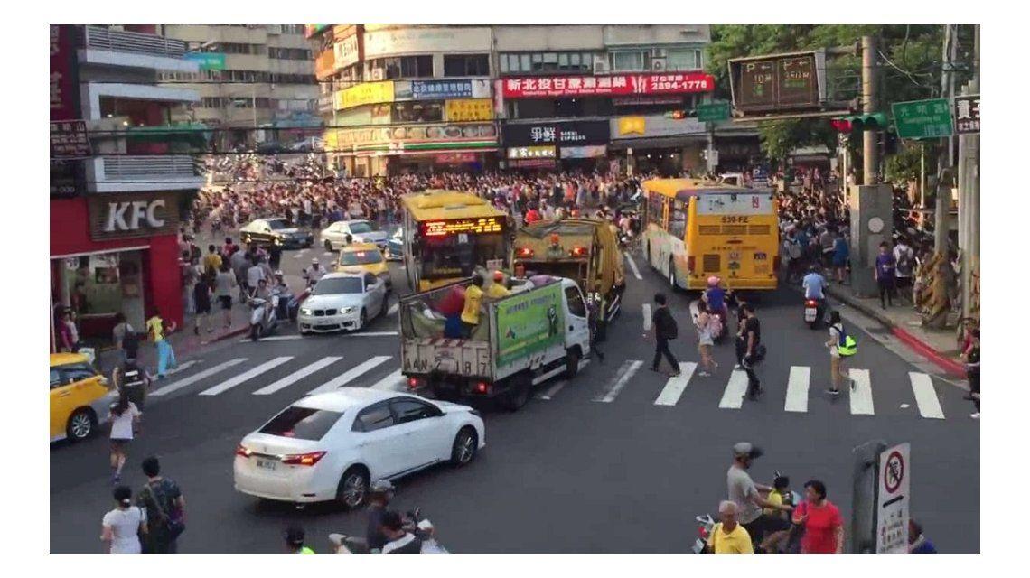 Triste pero real: una multitud paralizó Taiwán para cazar un pokémon