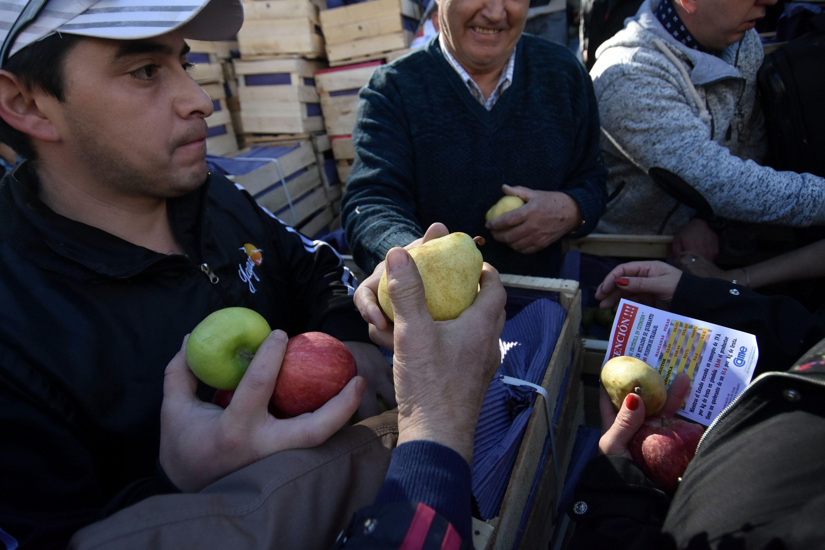 Tiempo récord: en una hora y media se terminaron los 10 mil kilos de frutas