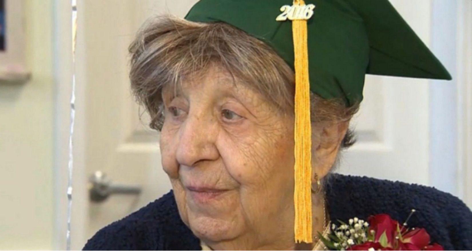 Tiene 100 años y se recibió de la escuela secundaria gracias a la ayuda de su familia