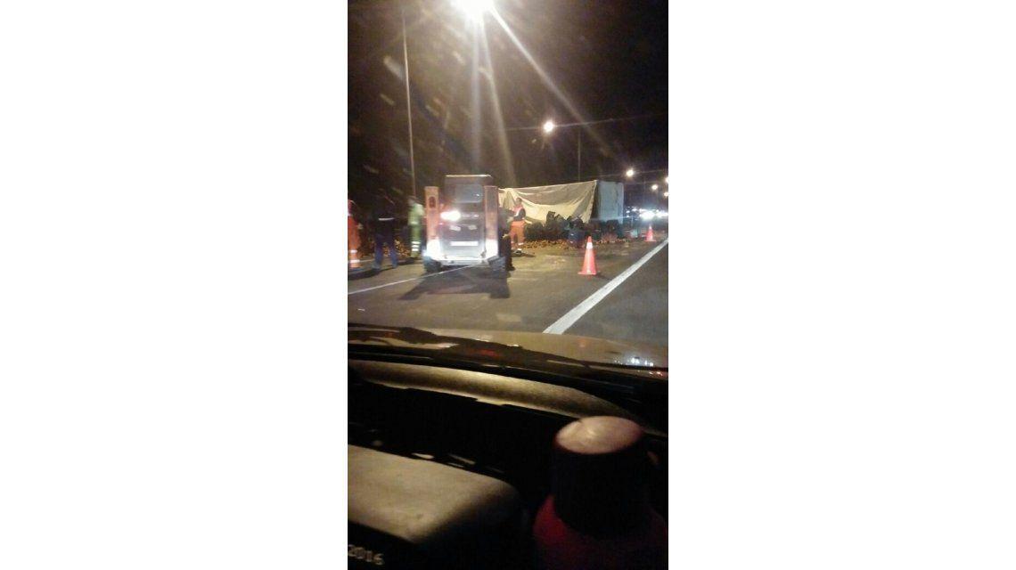 Un camión cargado de morrones volcó sobre la Panamericana