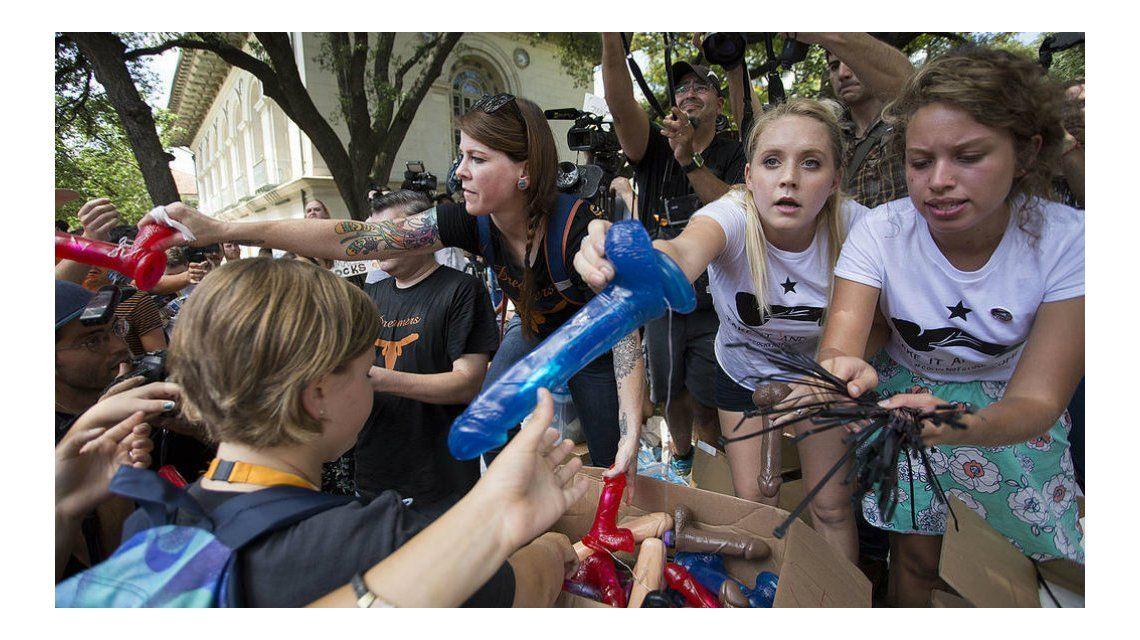 Protestan con consoladores en la Universidad de Texas por la portación de armas