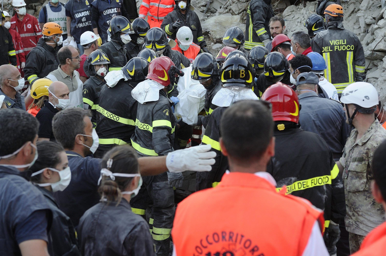 Rescataron a una nena de 10 años que pasó 16 horas bajo los escombros