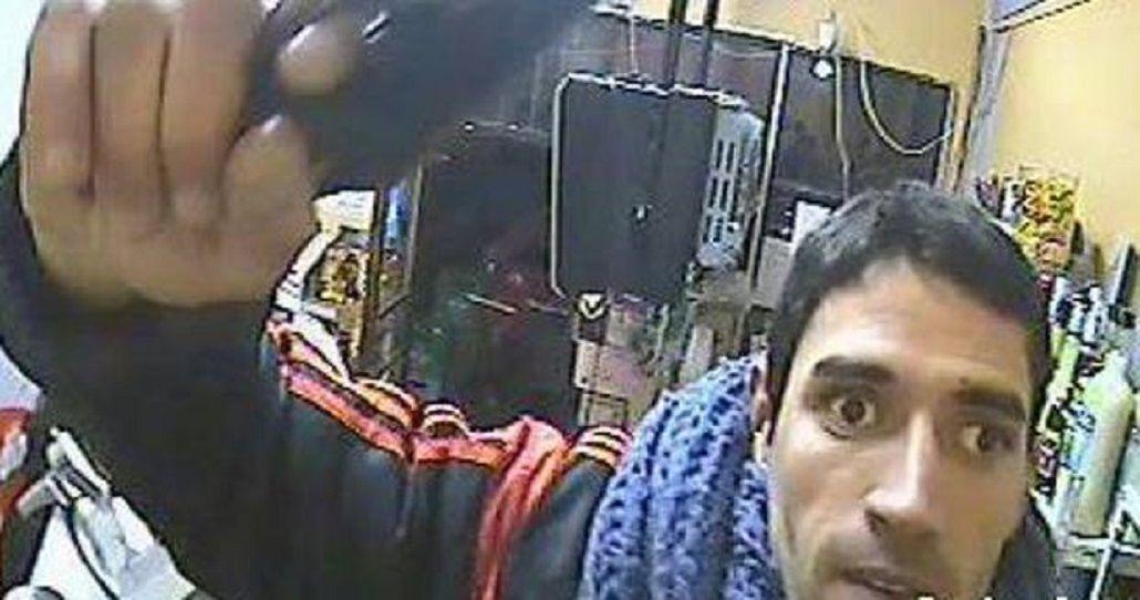 Un ladrón rompió una cámara de seguridad, pero igual quedó filmado