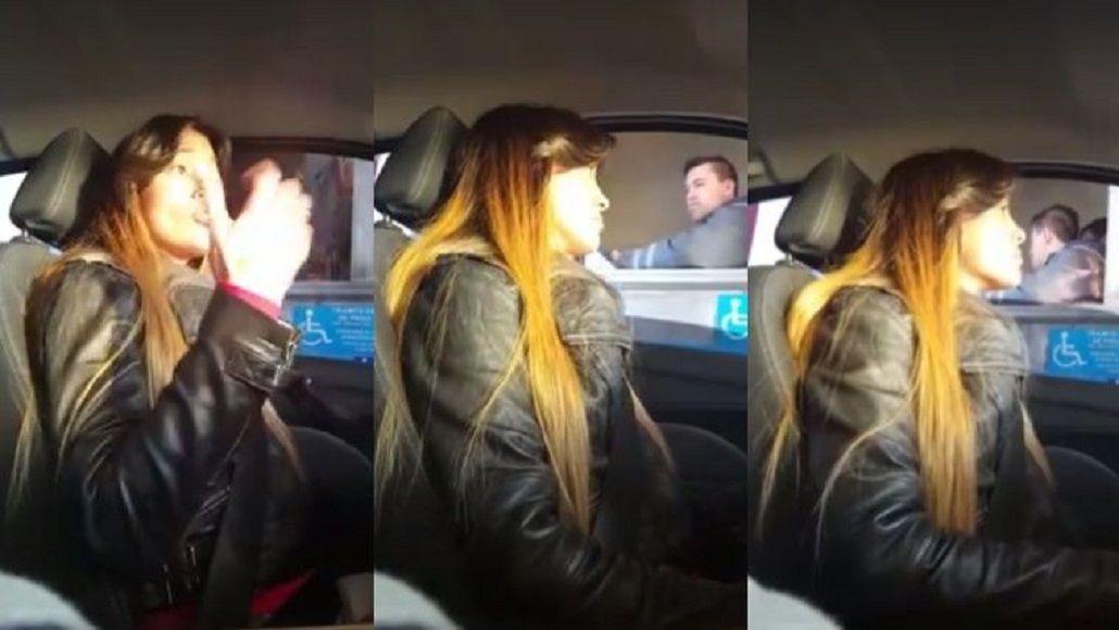 VIDEO: Por baches y demora, una mujer se negó a pagar el peaje