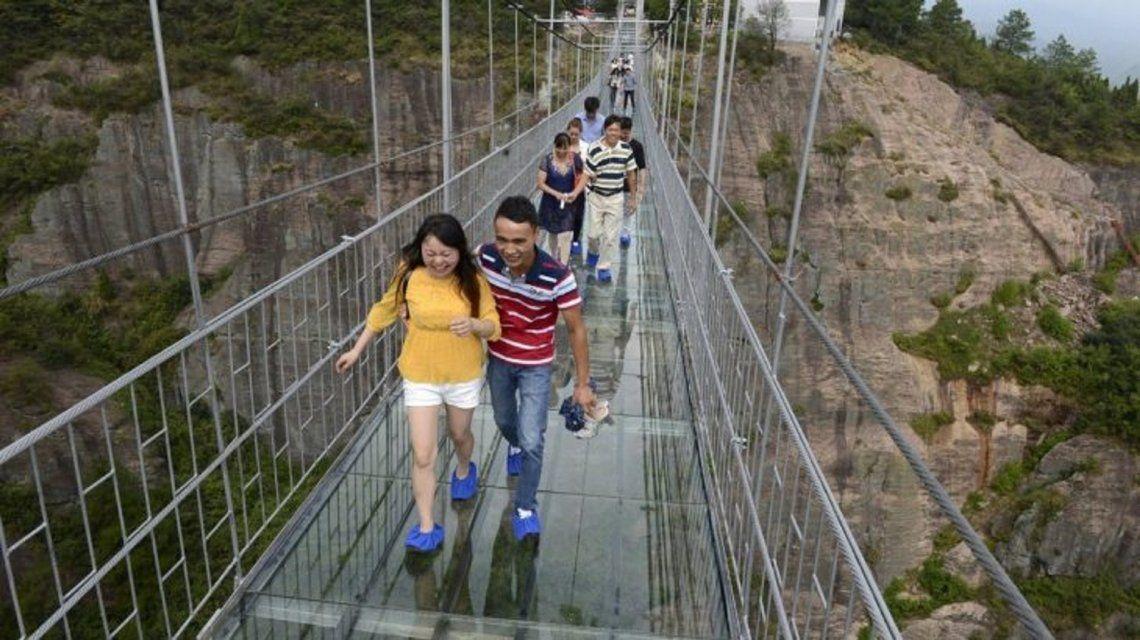 Impresionante: mirá el puente de cristal más largo y alto del mundo
