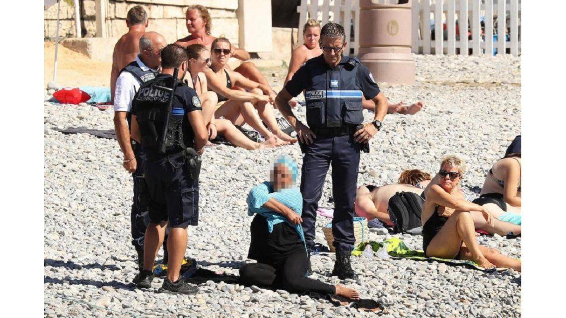 Burkini: Nueva polémica por el control policial en Francia