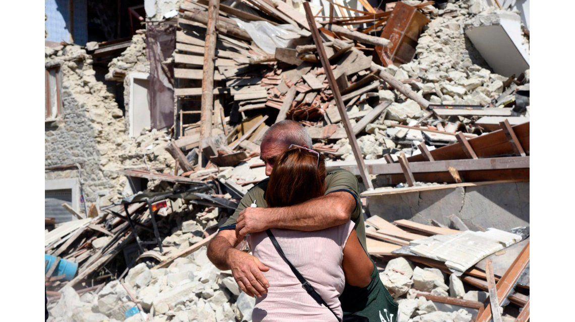 Milagro en Italia: socorristas logran sacar gente viva entre los escombros