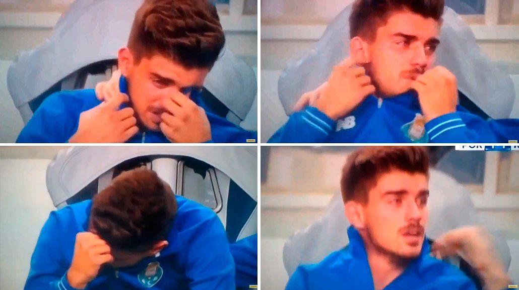 VIDEO: Como Messi en 2006, llora en pleno partido porque el DT no lo pone