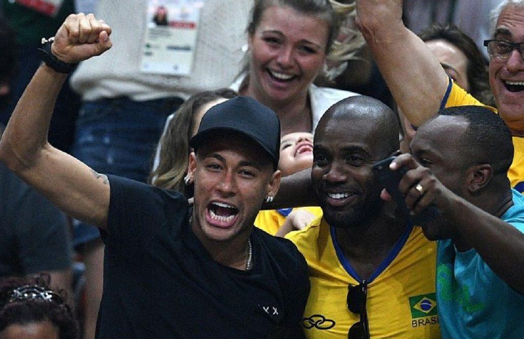 Como un hincha más: Neymar celebró en la tribuna el oro del vóley brasileño