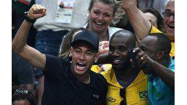 Como un hincha más: Neymar celebró en la tribuna el oro del vóley