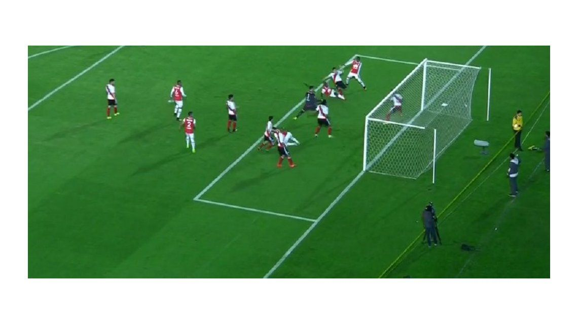 Salvador Ponzio: Batalla la soltó en el área y su compañero evitó el gol en la línea