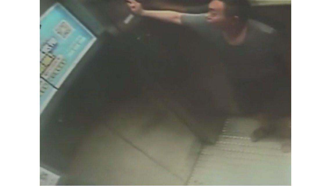 VIDEO: Se subió a un ascensor y cayó desde el piso 30