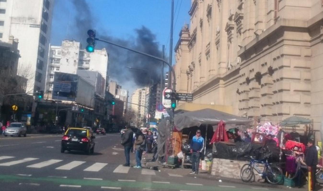 Tensión en Once por el incendio de un edificio: trabajaron 5 dotaciones de bomberos