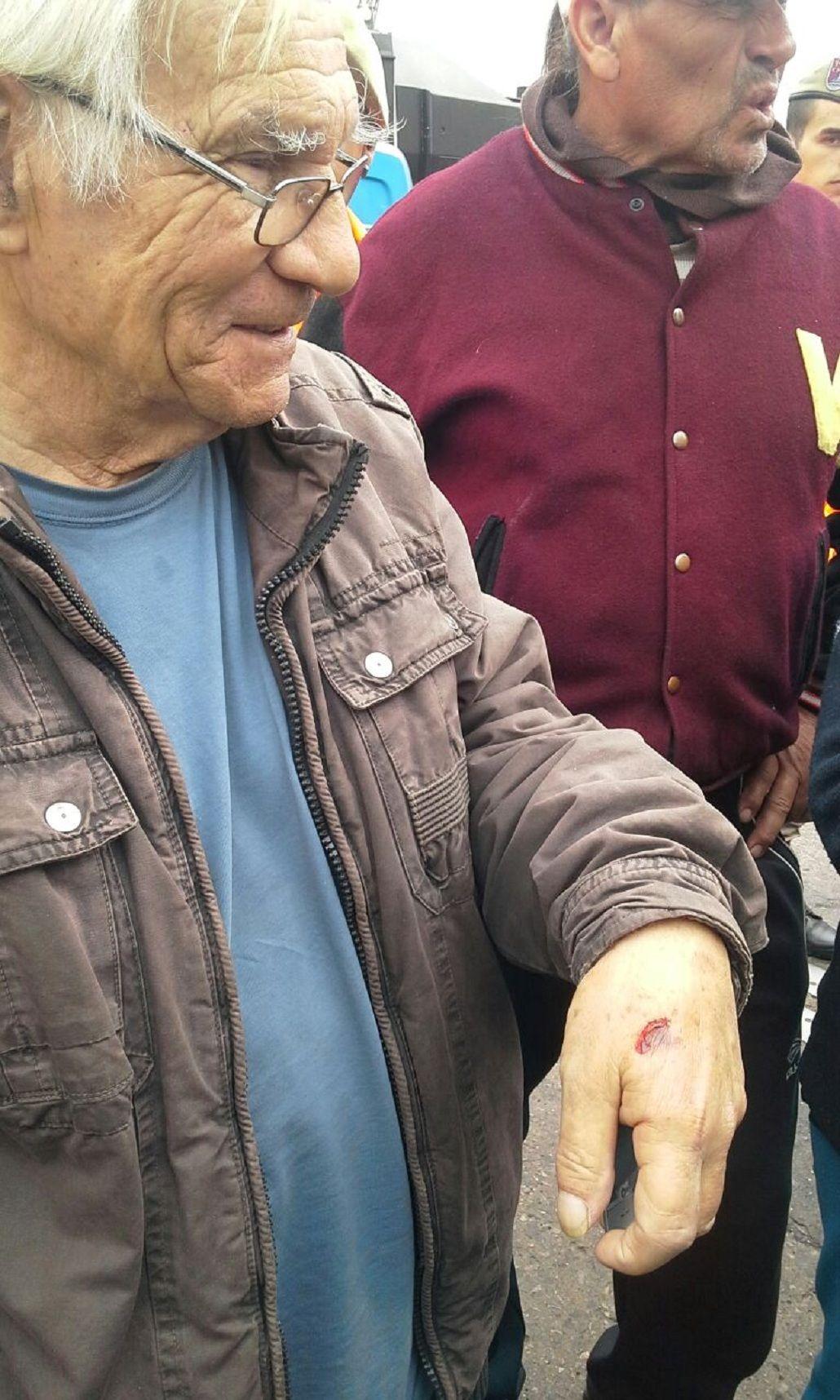 Desalojan con carros hidrantes a jubilados en el Puente Pueyrredón