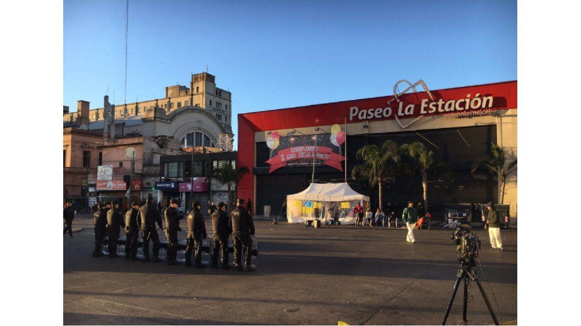 Protesta de más de 100 puesteros en Congreso por el cierre de un paseo