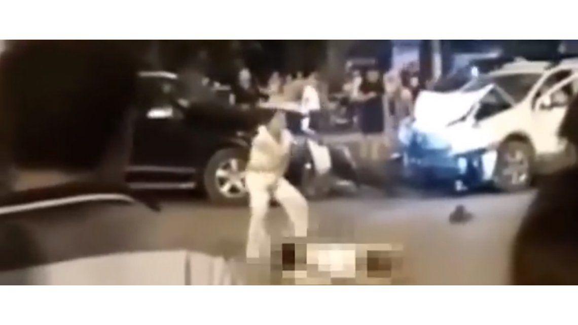 Locura total: una mujer bailó sobre el cadáver de un hombre que atropelló