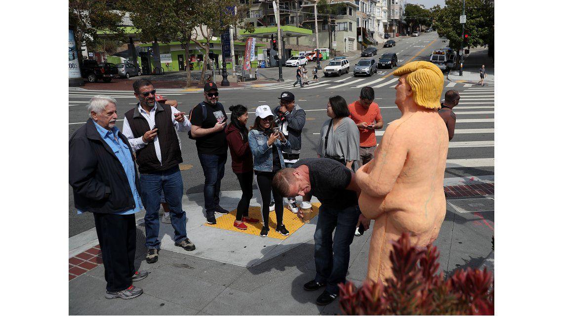 Conmoción por la aparición de una estatua de Donald Trump desnudo