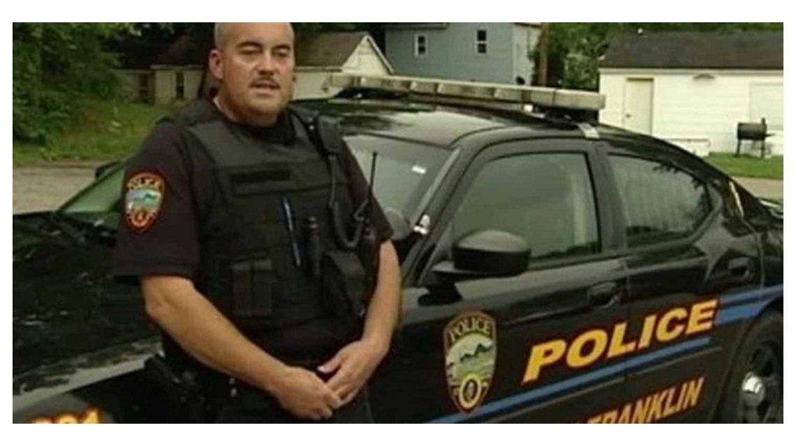 Policía rescata a un chico de 7 años que quería vender su peluche para comer
