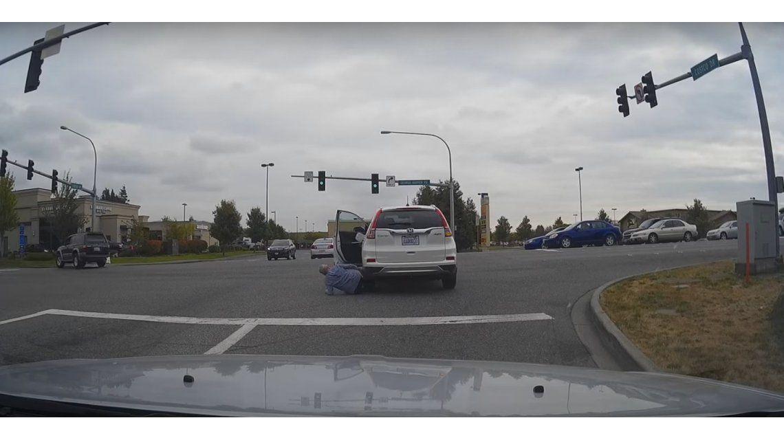 Se descuidó, se cayó y su propio auto lo pasó por arriba: mirá el video