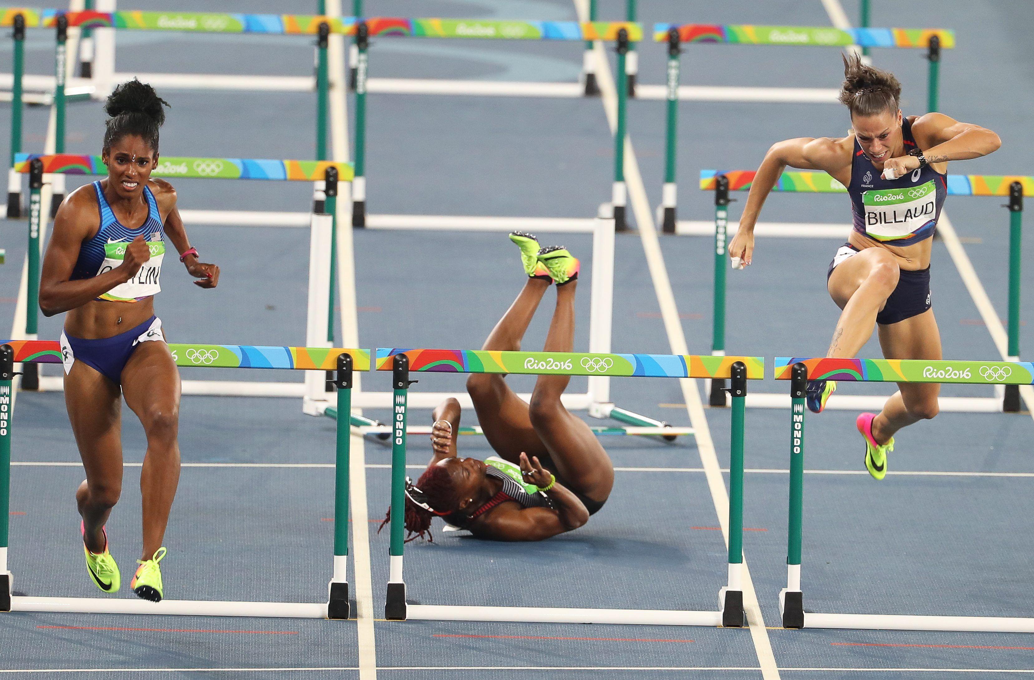 De boca al piso: se llevó puesta una valla y no pudo terminar la carrera