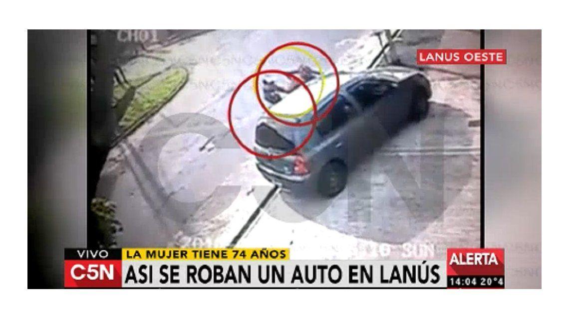 VIDEO: Violento asalto a una mujer mayor para robarle el auto
