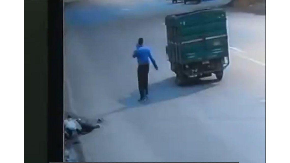 VIDEO: Lo atropella, lo dejan tirado, le roban y muere desangrado