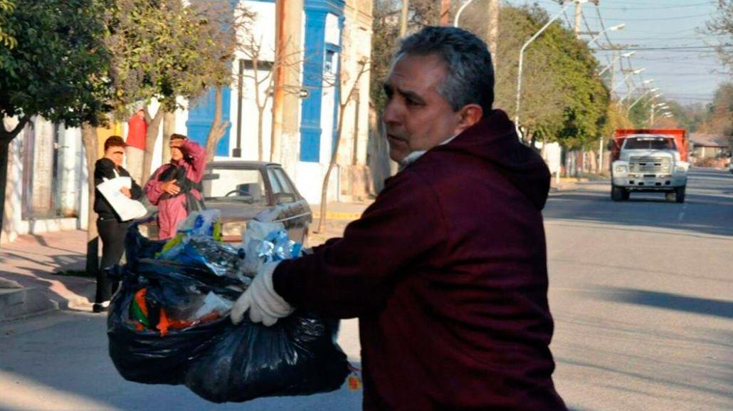 Un intendente cordobés recolecta la basura por un paro de estatales