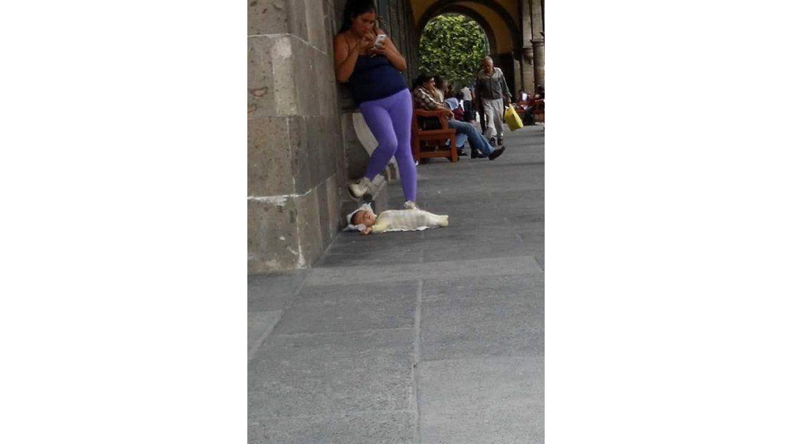 La imagen que indigna: una mujer deja de lado a su bebé para chatear con su celular