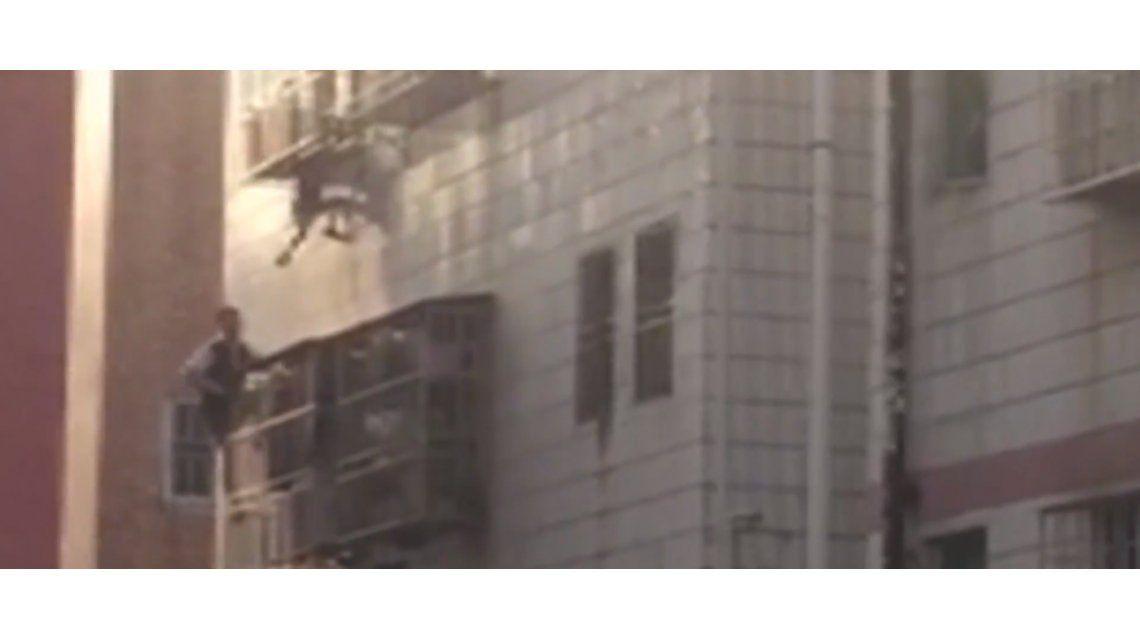Héroe: vio que un nene iba a caer al vacío y trepó veinte metros para salvarlo