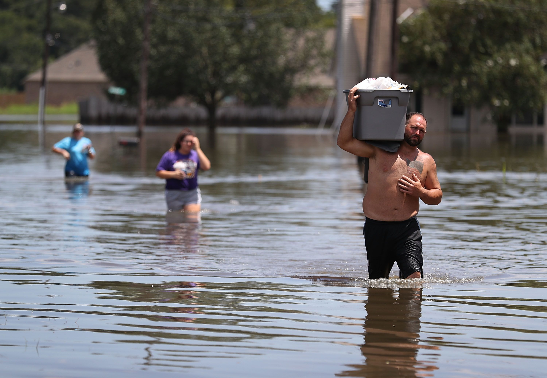 Una inundación masiva en Luisiana hizo flotar los ataúdes del cementerio