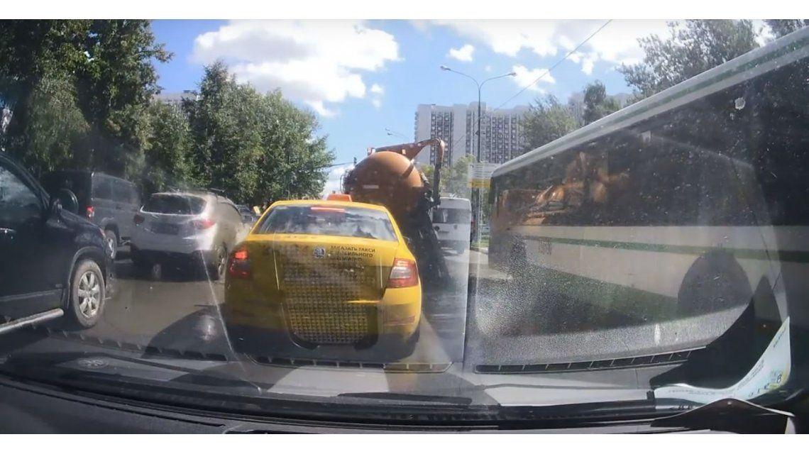VIDEO: Explotó un camión lleno de excrementos en Rusia