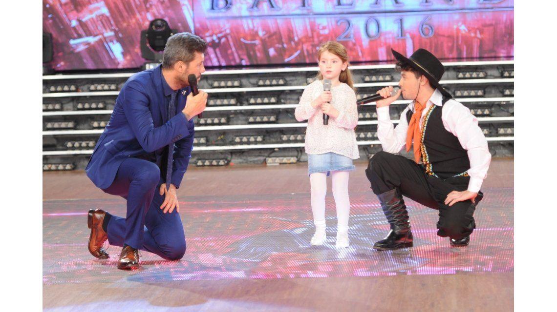 Agustín Casanova bailó folclore y cantó Loquita con Jazmín, una fan ¡de cinco años!
