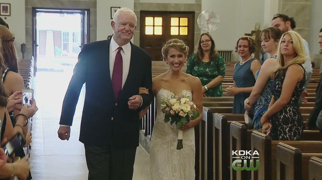 Una joven se casó del brazo del hombre que recibió el corazón de su padre