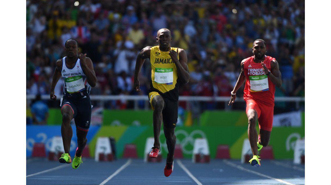 En su primera presentación, Usain Bolt corrió al trote y se quedó con su serie