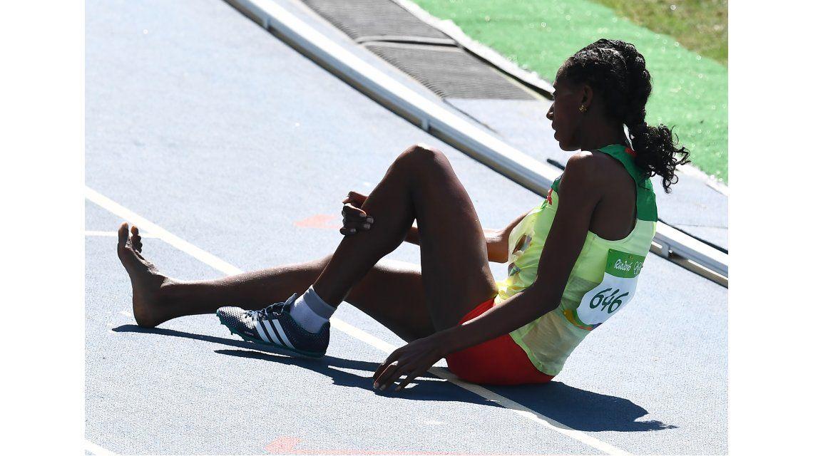 Conmovedor: una atleta corrió más de 1000 metros sin una zapatilla