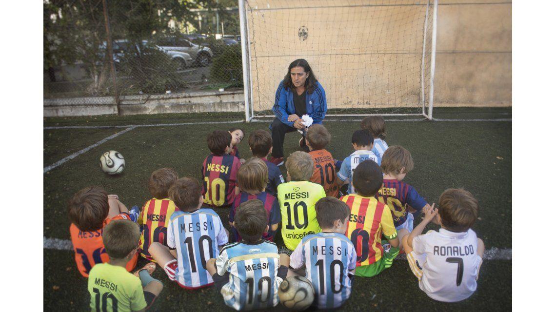 Todos quieren ser Messi: una muestra de fotos refleja la admiración al ídolo