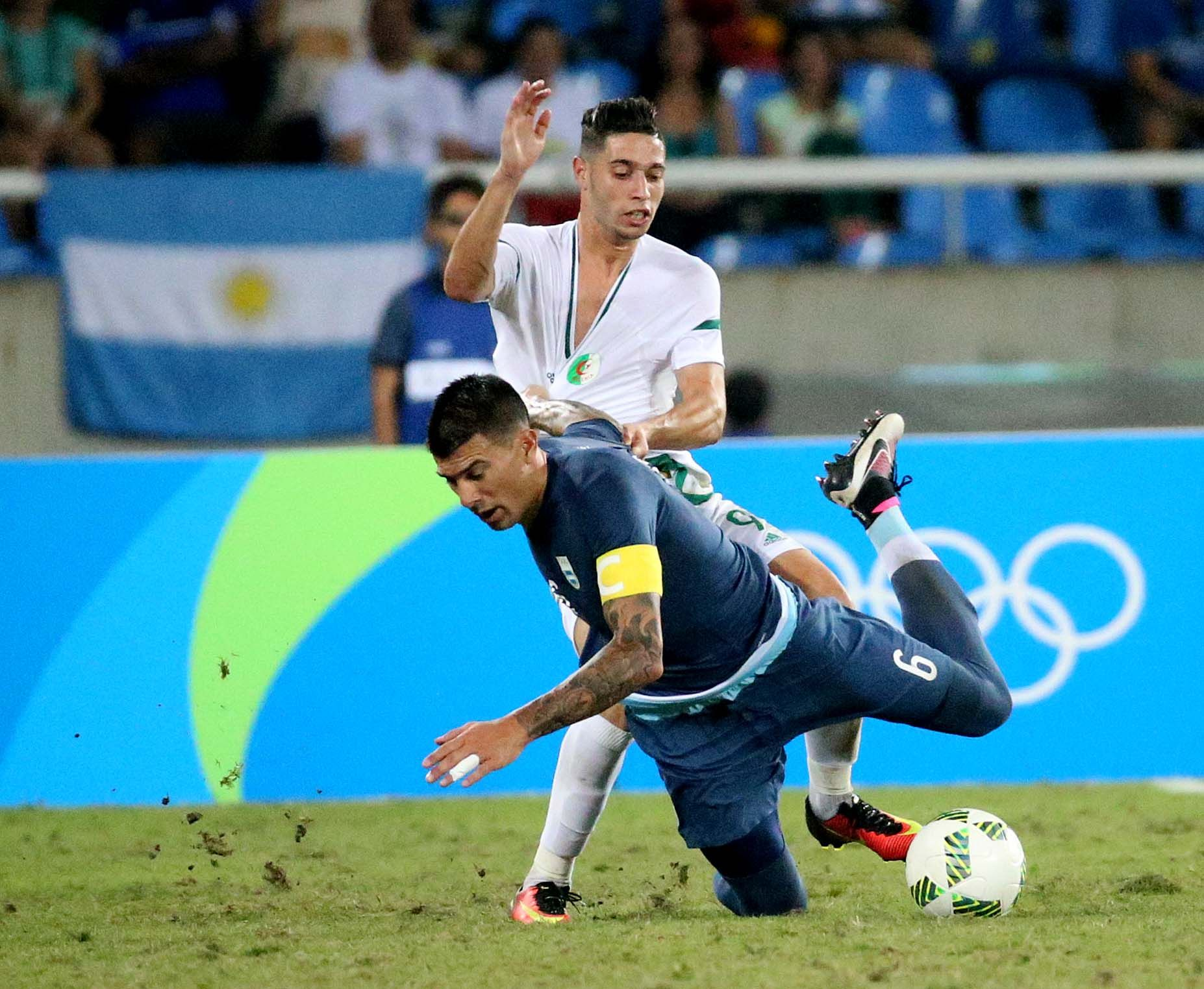 Con angustia, Argentina se sacó de encima a la débil Argelia y respira