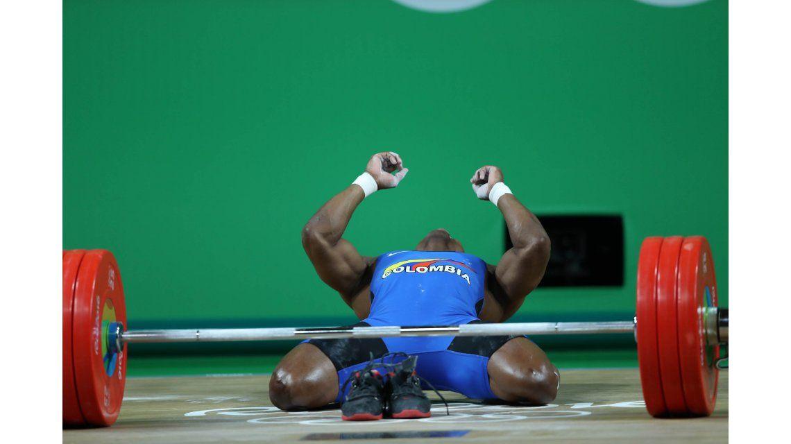 ¿Por qué este ganador del oro en pesas festejó sin zapatillas?