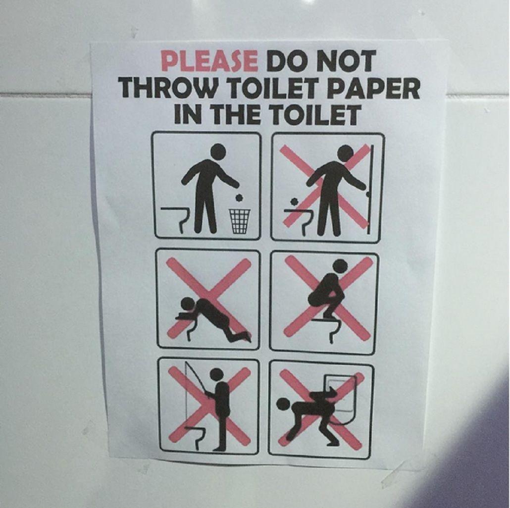 Prohibido pescar: el extraño cartel en los baños de los Juegos Olímpicos