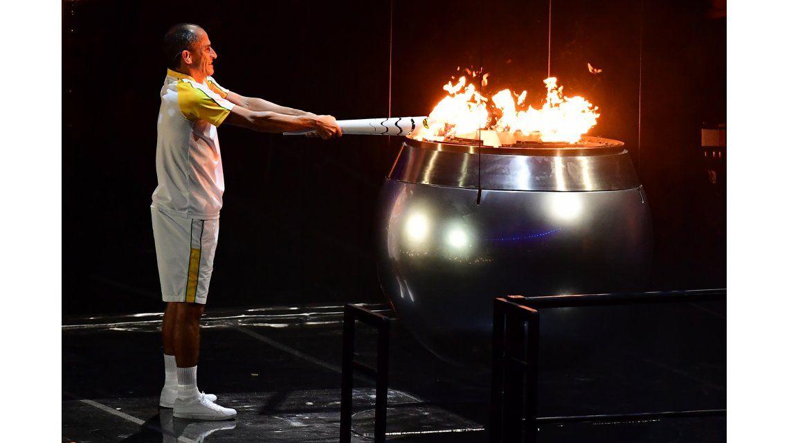 Mirá cómo el maratonista Vanderlei de Lima encendió el pebetero con la llama olímpica