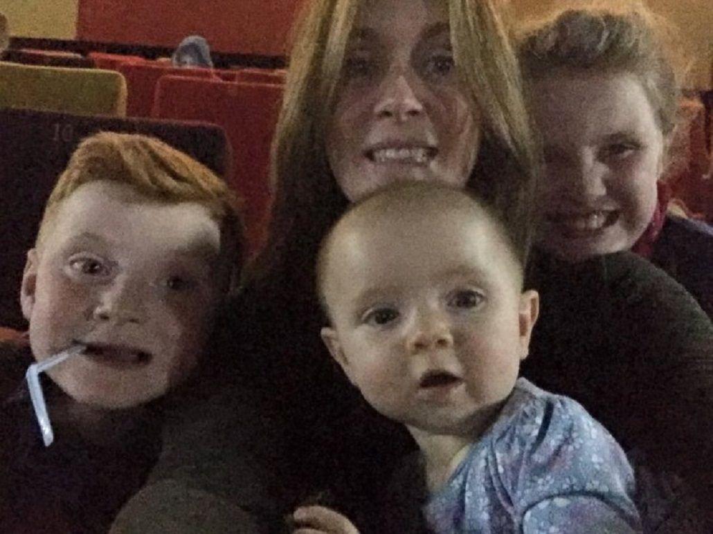 Sacó una foto en el cine con sus hijos y encontró una extraña figura en el fondo