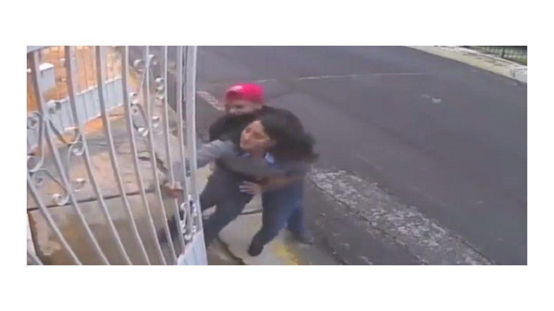 Violento asalto: entraba a su casa, forcejeó con dos ladrones y le robaron su auto