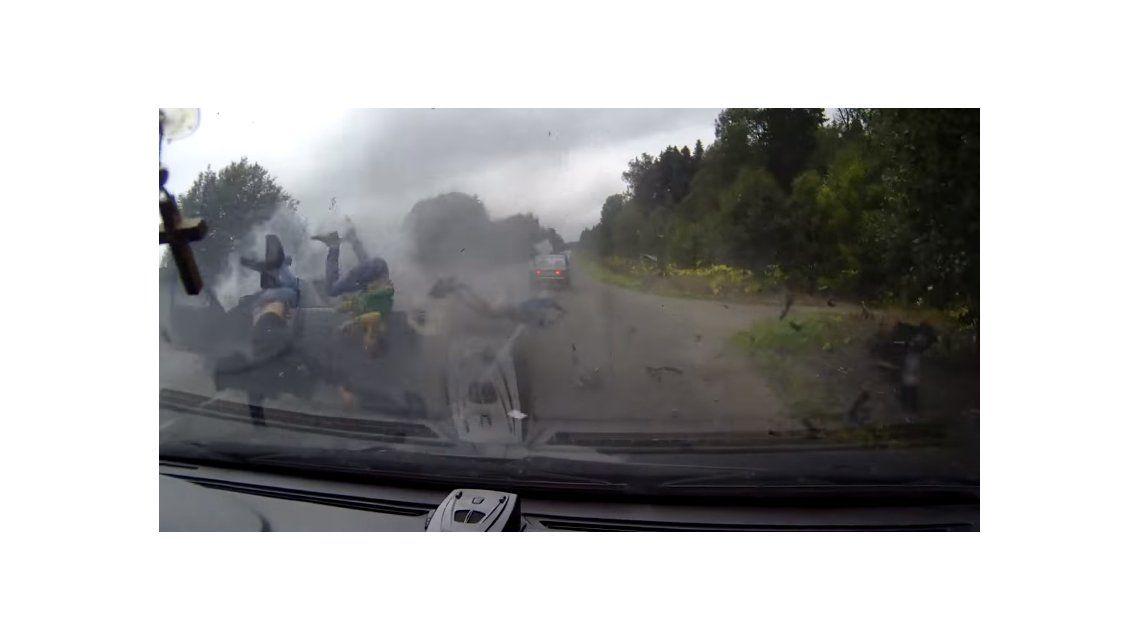 Terrible: iban en un auto, se estrellaron contra un camión y volaron por los aires