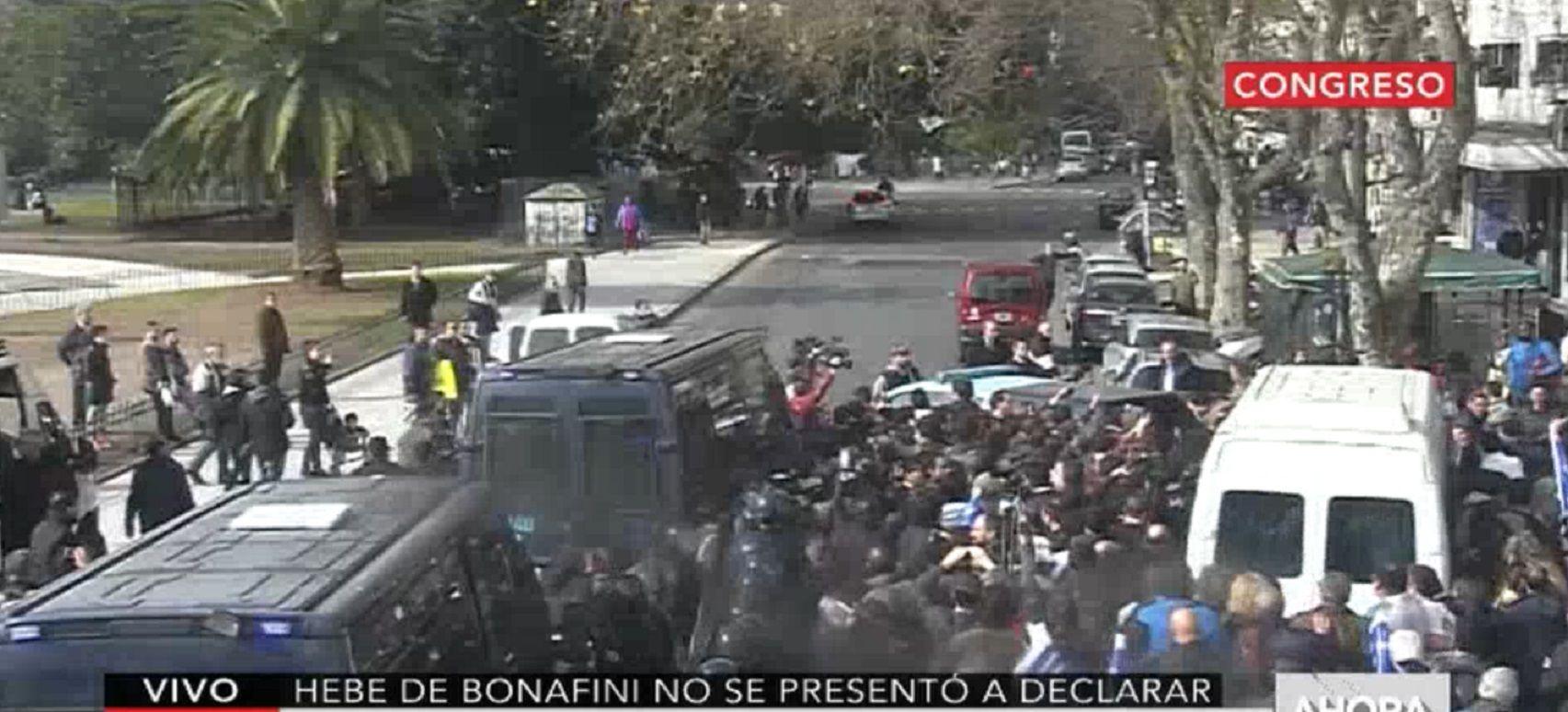 VIDEO: El momento en que Hebe de Bonafini se retira en camioneta y por la vereda