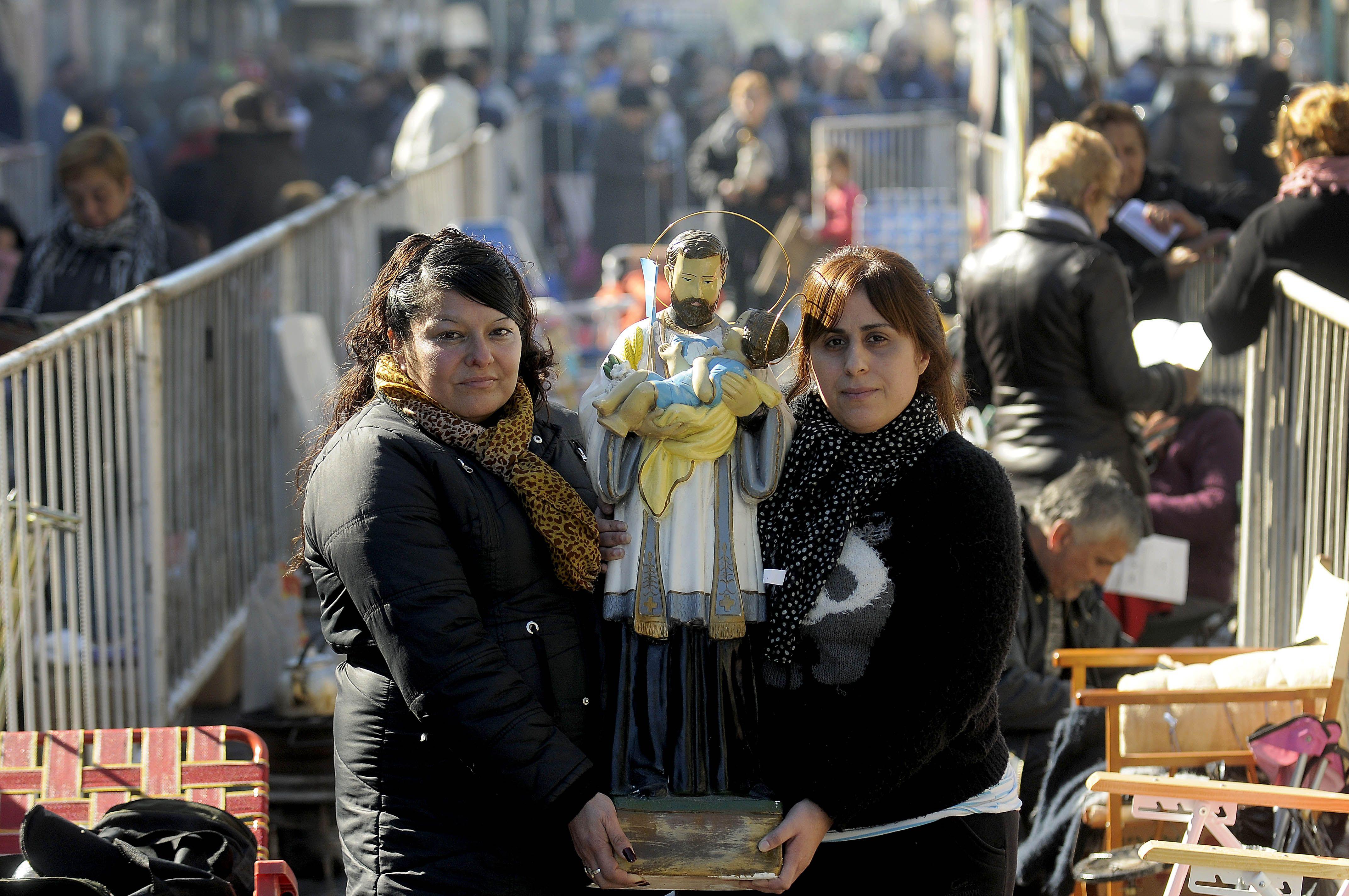 En el año donde ya hubo más de 150 mil despidos, una multitud hace vigilia por San Cayetano