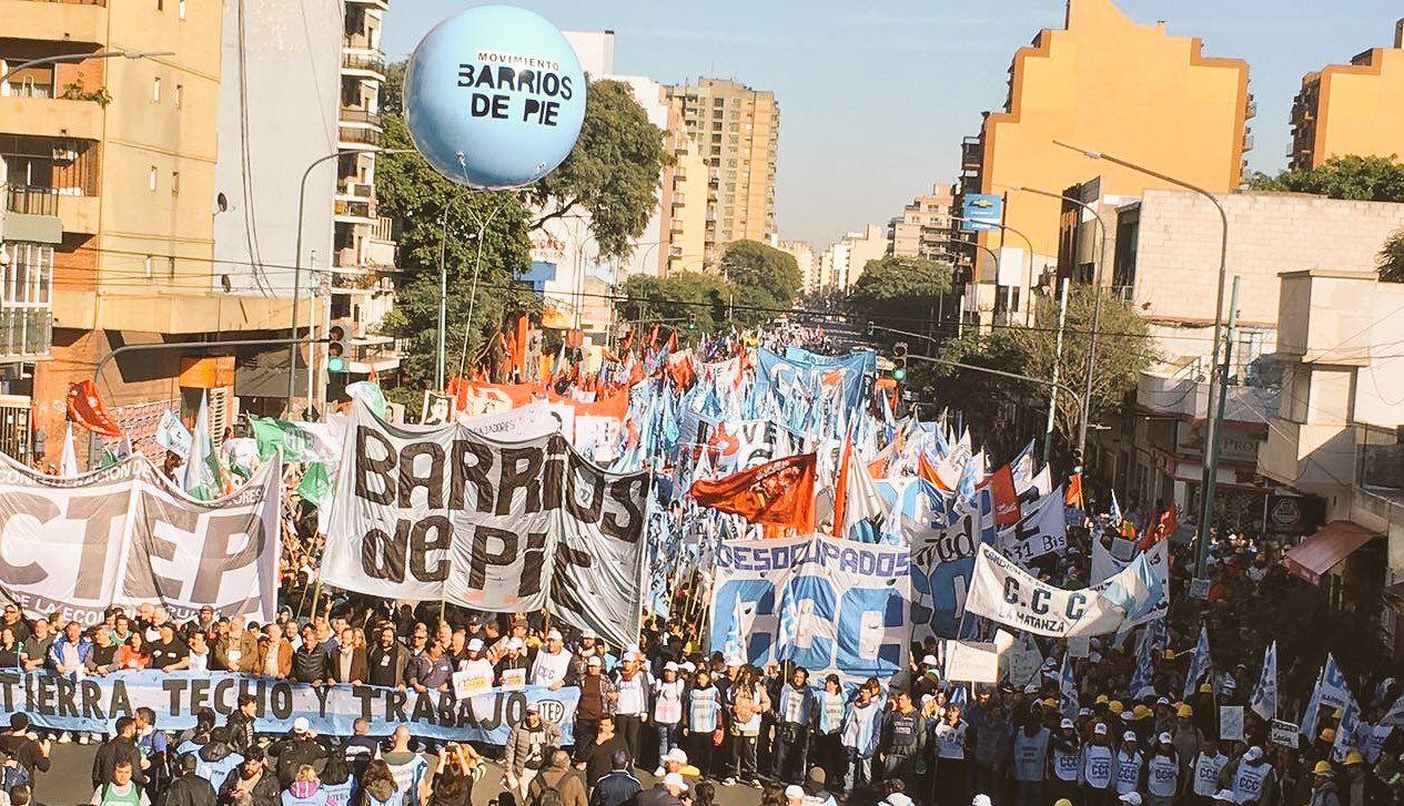 Miles de personas se concentran en Plaza de Mayo para pedir trabajo